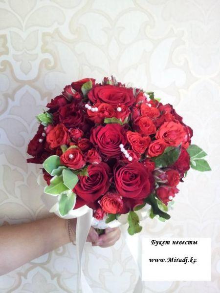 Букет невесты в красной гамме