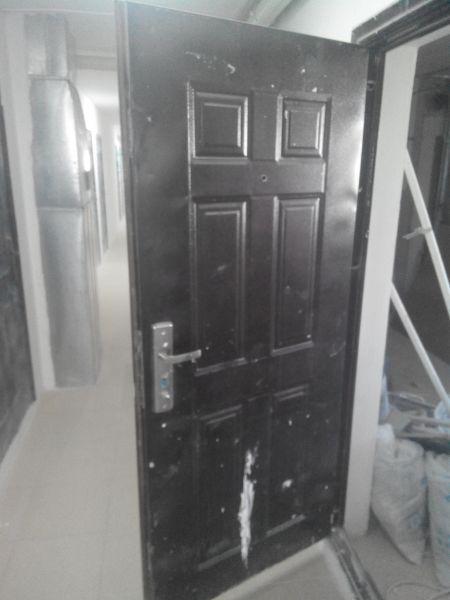 Входная металлическая дверь.