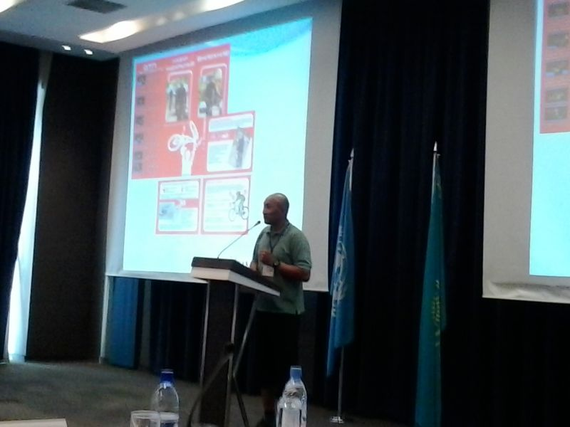 Тимур выступает с презентацией «Дизайн велосипедных дорожек для Алматы: как найти баланс между потребностями мобильности?».