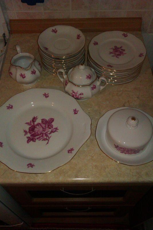 чайный набор, молочница, сахарница, сметанница, тарелки маленькие 12шт, тарелки чуть больше 11шт(1 потерялась), тарелка большая 1шт.