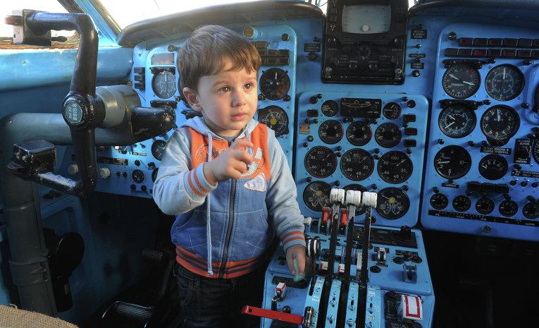 В кабине самолета