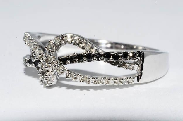 Кольцо из белого золота, черные и белый бриллианты