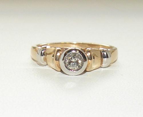 Бриллиантовое кольцо из желтого и  белого золота