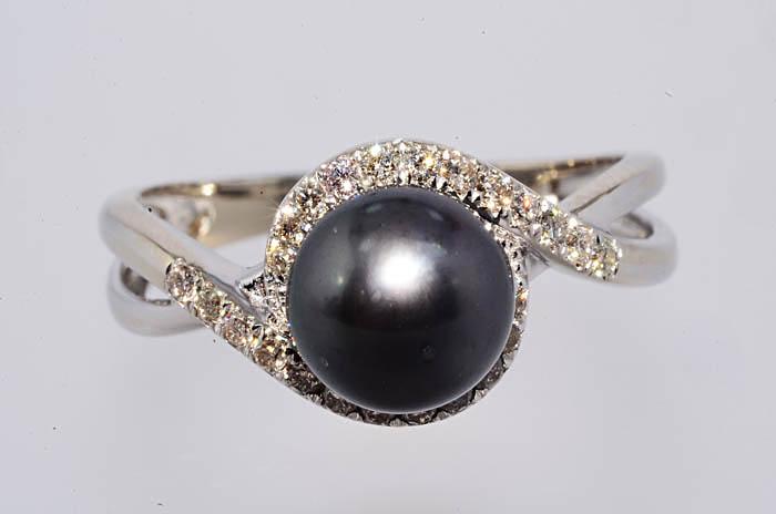 Кольцо из белого золота с черным жемчугом