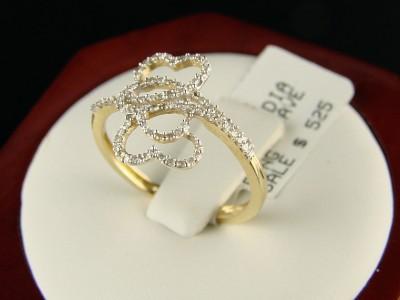 Очень нежное кольцо – обещание с тремя сердцечками из желтого золота с белыми бриллиантами