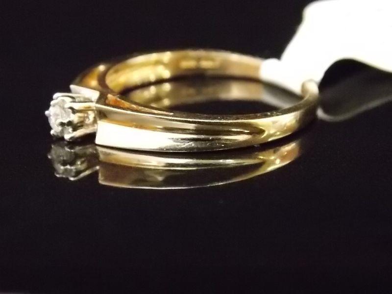 Необычное кольцо с единичным бриллиантом из желтого золота