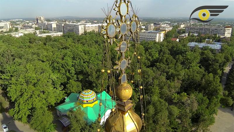 крупный план на главный крест кафедрального собора, в парке 28-и панфиловцев