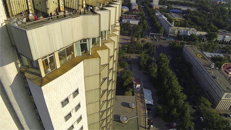 Гостиница Казахстан с северной стороны, вид сбоку вниз на фасад