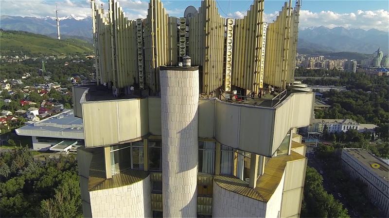 Гостиница Казахстан с северной стороны, вид сбоку на крышу