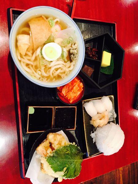японский суп и сырая рыба