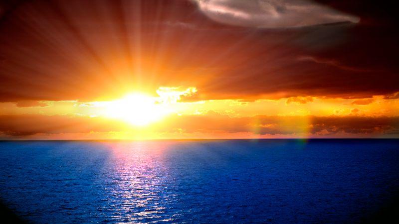 Оранжевый закат в синем море