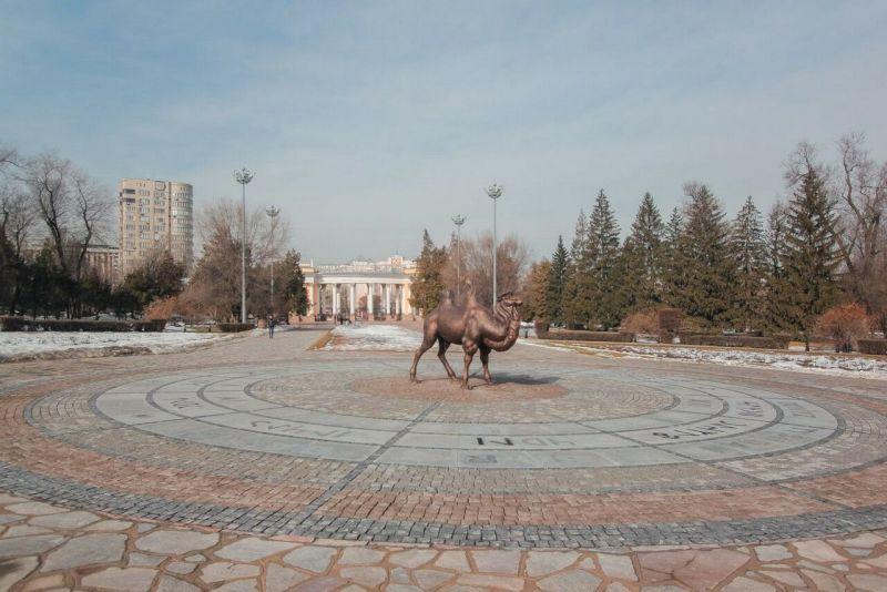 Верблюд в центре парка горького Алматы
