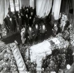 1964 тов кунаев у гроба сатпаева Федоров П.