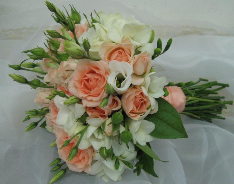 Розы, фрезия, лизиантус2700