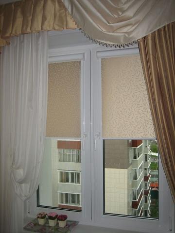 tyul-lambreken-i-rulonki-na-odnom-okne.jpg