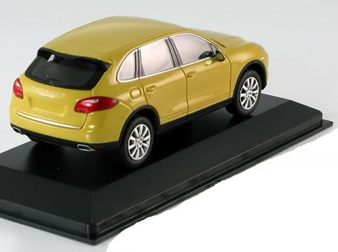 S-Porsche-Cayenne-Minichamps-WAP-020-00-60B-2.jpg