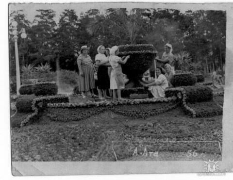 Всю жизнь, клумбы в парке, делала моя мама ( крайняя слева), пока не умерла. С 1987 года рисунок уже не менялся..jpg