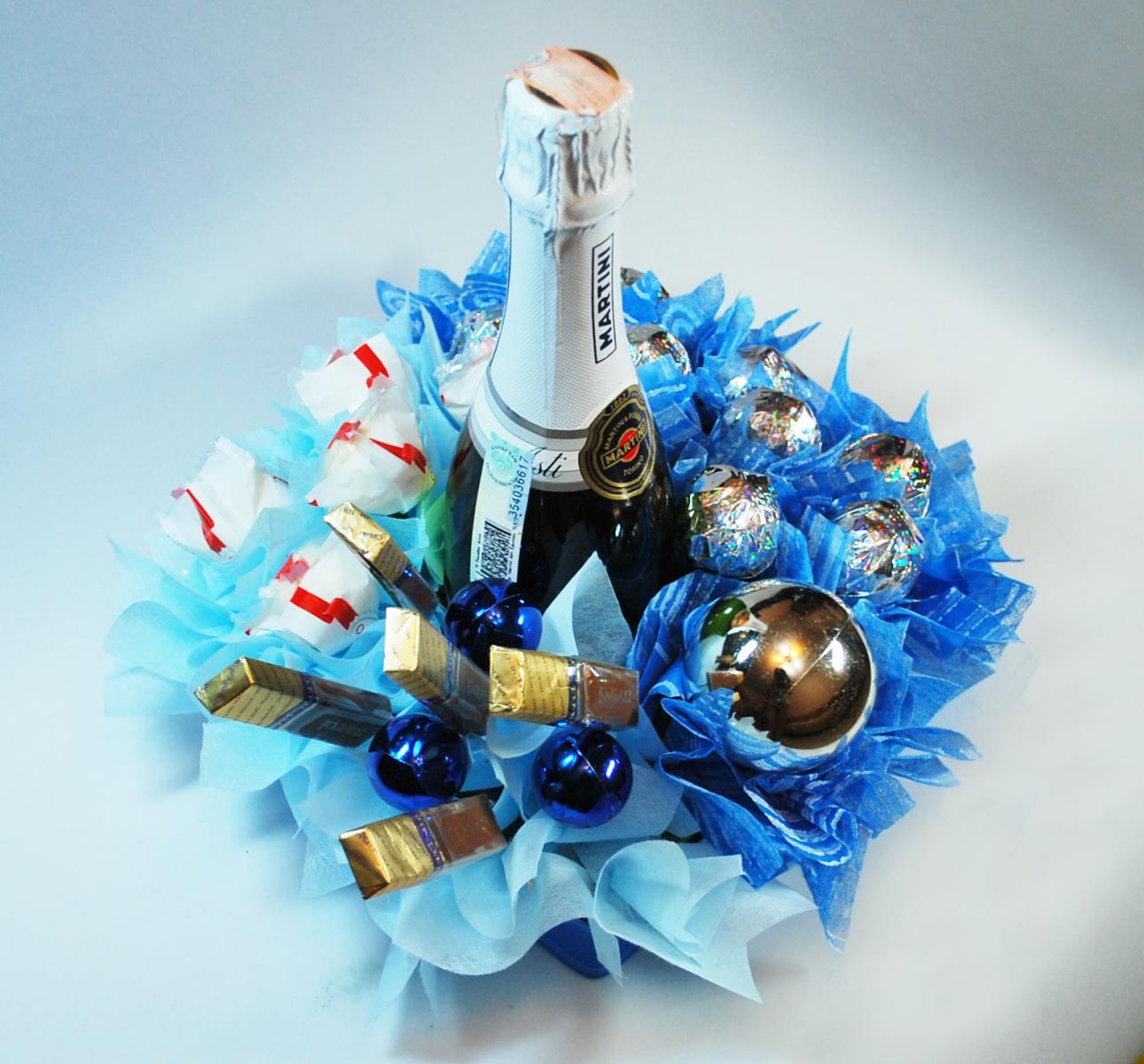 Композиция из шампанского и конфет