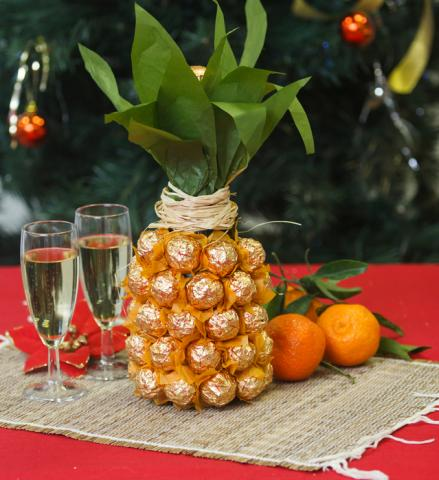 Creative-gift-wrap-ideas-unique-pineapple-chocolates-wine-bottle.jpg