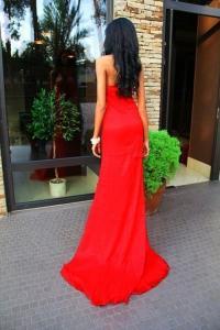 Девушки в красных длинных платьях фото черная юбка миди